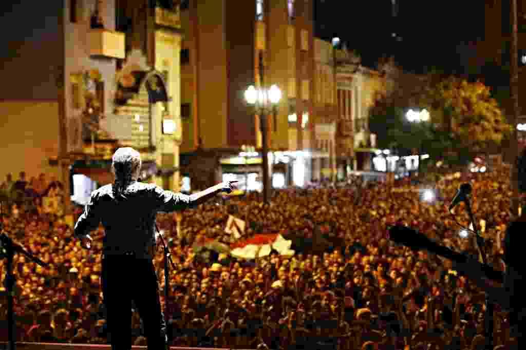 21.jun.2015 - Encerrando a Virada Cultural, Caetano Veloso atrai grande público para o palco Julio Prestes, na região central de São Paulo. - Eduardo Anizelli/Folhapress