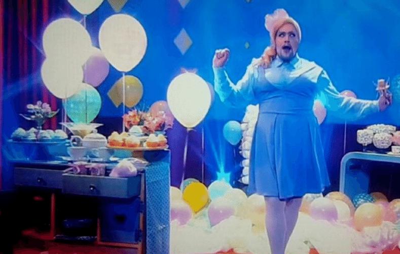 """3.set.2015 - Tiago Abravanel, ator da Globo e neto de Silvio Santos, se vestiu de mulher e dublou a cantora americana Meghan Trainor. O desafio faz parte da dublagem war, elaborada pelo """"Vídeo Show"""""""