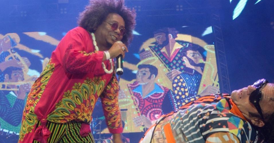 6.fev.2016 - Chico César participa do show de Maestro Forró na abertura do Carnaval do Recife na madrugada deste sábado