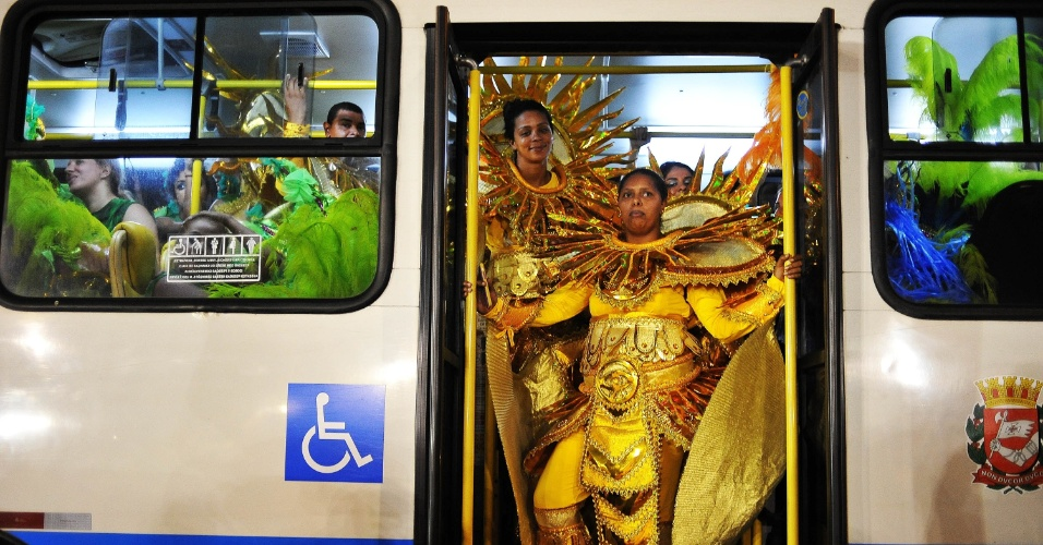 6.fev.2016 - Destaques da Águia de Ouro chegam para o desfile da escola de samba em São Paulo