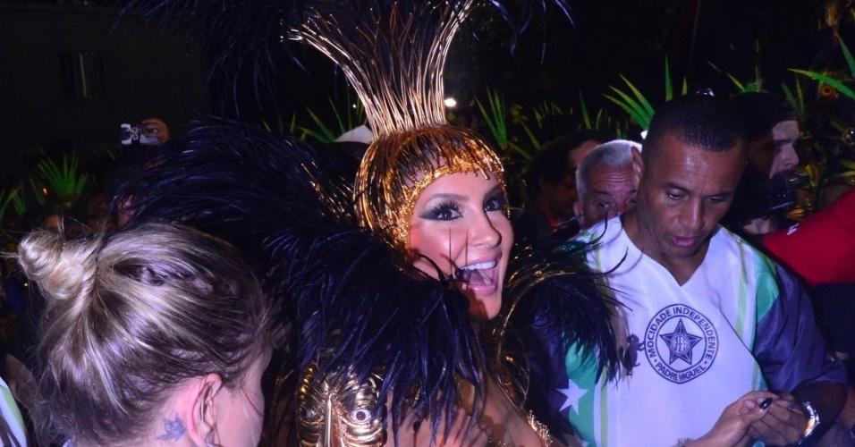 8.fev.2015 - Rainha de bateria da Mocidade Independente de Padre Miguel, Claudia Leitte chega para desfilar na Sapucaí cercada de seguranças