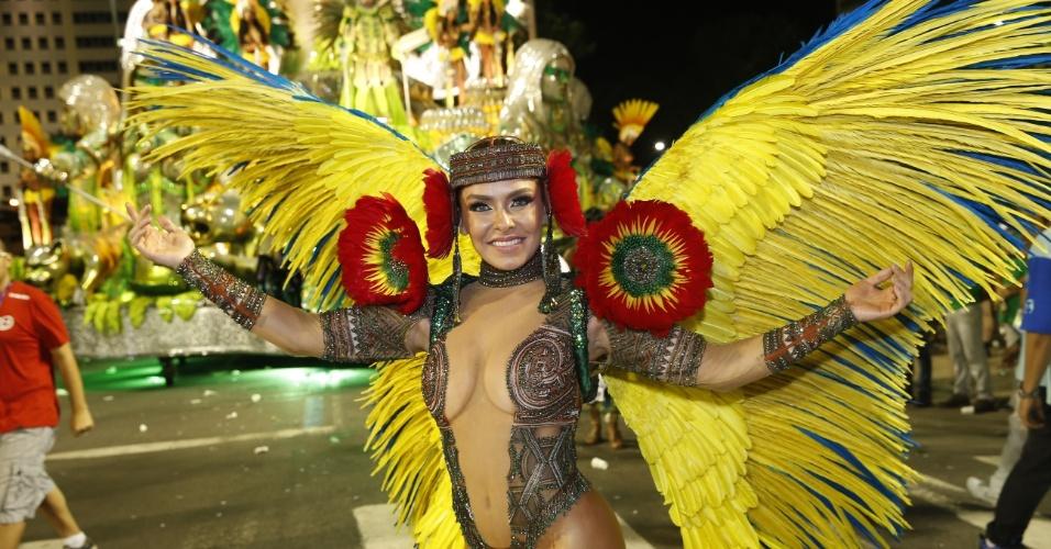 8.fev.2016 - Fabíola Andrade desfila como destaque em carro da Mocidade Independente de Padre Miguel
