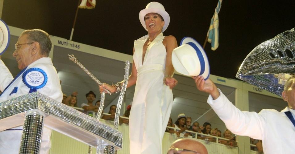 9.fev.2016 - Musa da Portela, Adriane Galisteu surpreendeu com macacão superdecotado e um chapéu -- bem diferente dos looks exóticos que costumava desfilar antigamente