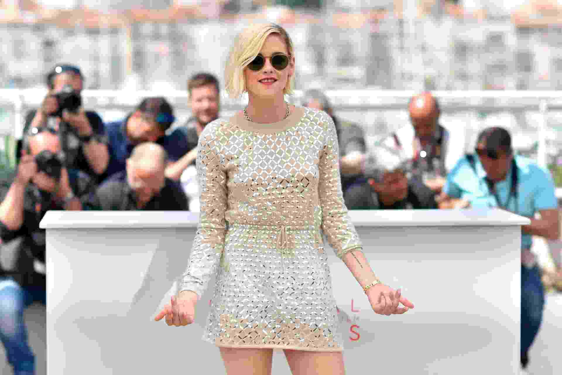 17.mai.2016 - Kristen Stewart mostra o dedo do meio após ser vaiada com novo filme no Festival de Cannes - REUTERS/Yves Herman