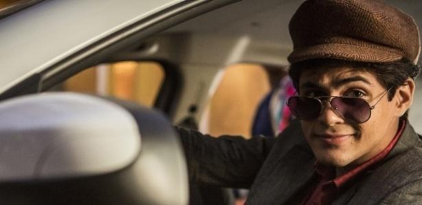 Disfarçado de taxista, Lucas (Lucas Veloso) tenta impedir Sophie (Yara Charry) de ir embora do Brasil - Reprodução/Gshow