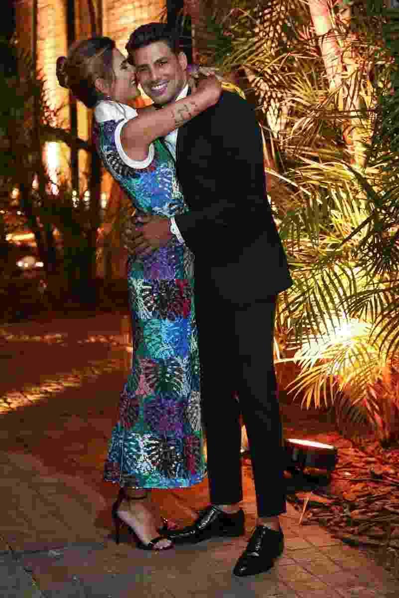 22.nov.2016 - Cauã Reymond ganha beijos da namorada Mariana Goldfarb no jantar III Gala SP, promovido pela BrazilFoundation, em São Paulo - Manuela Scarpa/Brazil News