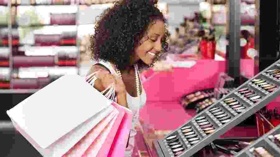 Um dos erros é comprar produtos que não sejam para o seu tipo de pele - Getty Images