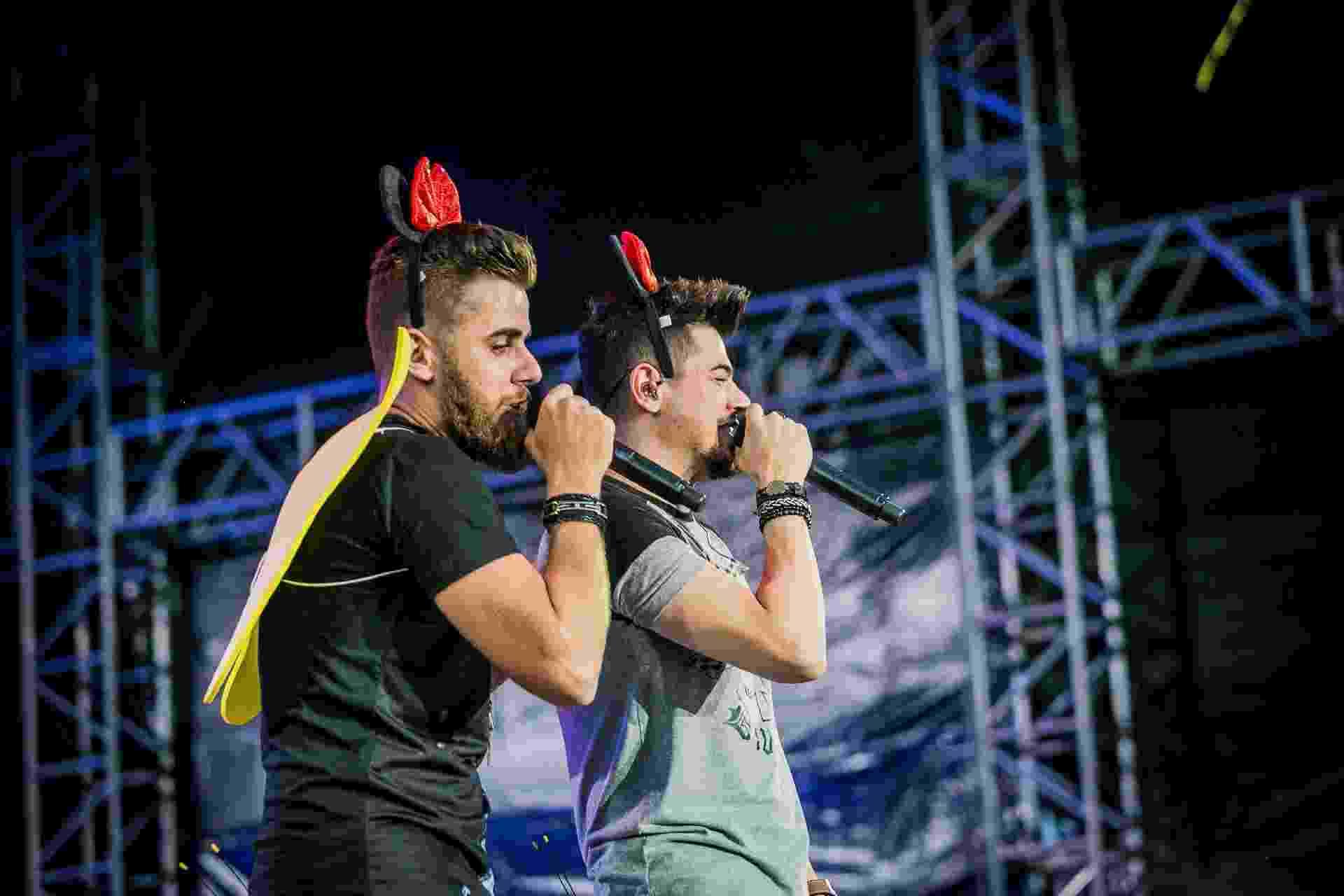 Zé Neto e Cristiano entraram no clima de Carnaval e cantaram com asas e orelhas de Minnie no segundo dia do CarnaUOL - Bruno Santos/UOL