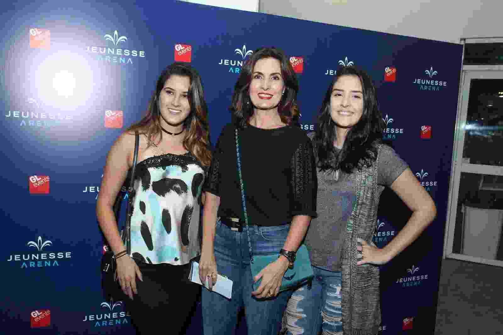 Fátima Bernardes com as filhas Beatriz e Laura no show de Ed Sheeran no Rio de Janeiro - Marcello Sá Barretto/AgNews