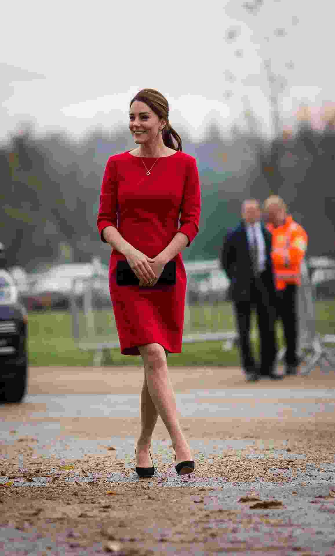 Bem no início da gestação da princesa Charlotte, em 2014, Kate escolheu um vestido com corte estratégico nas laterais, acentuando as curvas ao mesmo tempo em que suaviza a silhueta. - Getty Images