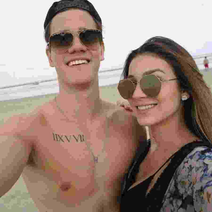 Bruna Santana namora o cantor Breno, que faz dupla com seu irmão gêmeo Caio César - Reprodução/Facebook
