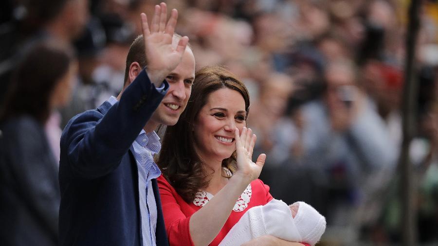 Kate e William com o novo bebê; criação dos novos príncipes é menos formal e com maior participação dos pais do que no passado - Getty Images