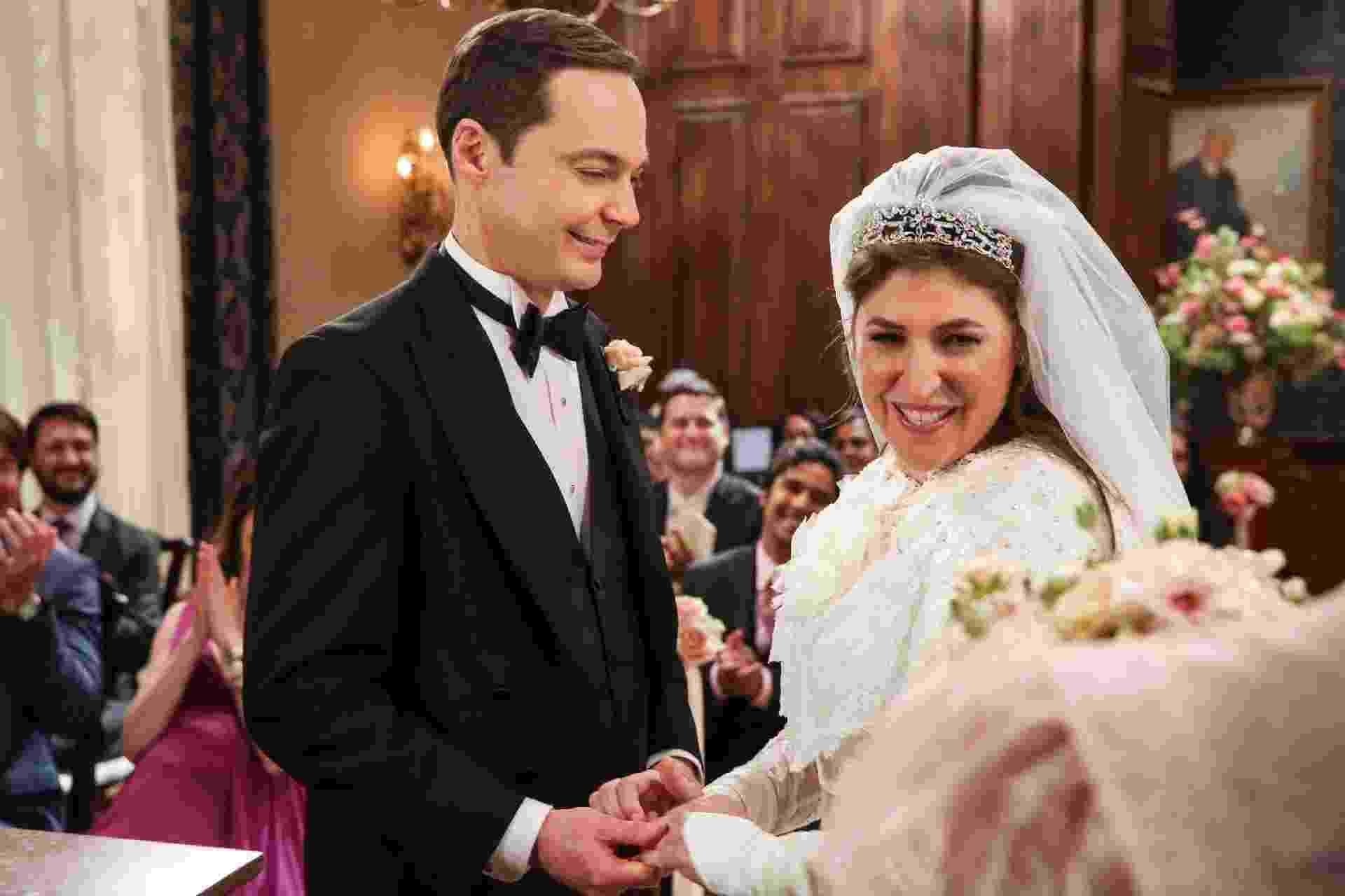 """Amy (Mayim Bialik) e Sheldon (Jim Parsons) se casam em foto de """"The Big Bang Theory"""" - Divulgação"""