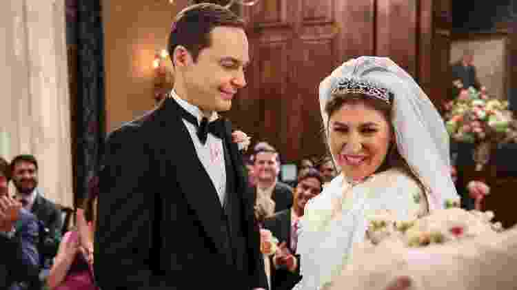 """Amy (Mayim Bialik) e Sheldon (Jim Parsons) se casam em foto de """"The Big Bang Theory"""" - Divulgação - Divulgação"""
