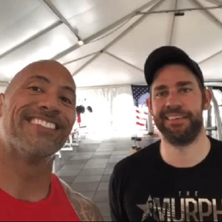 The Rock e John Krasinski malhando juntos - Reprodução/Instagram