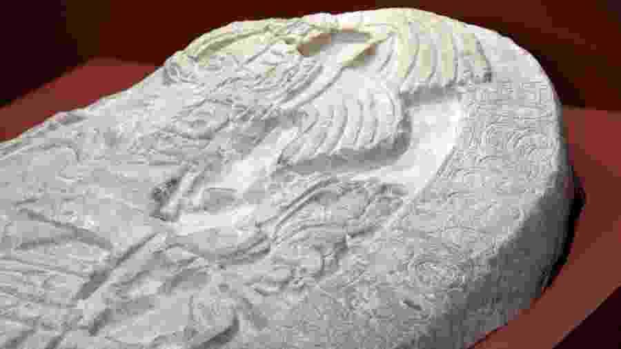 Detalhe do altar de 1.500 anos exibido na Guatemala - Johan Ordóñez/AFP