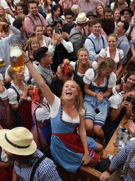 Escorpiano faz a festa em eventos assim: aproveita para flertar e beber todas! - AFP