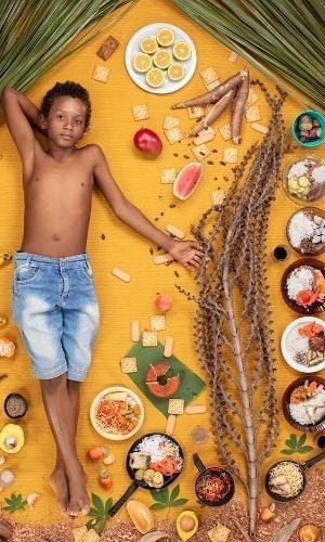 Para visualizar a dieta de crianças, o fotógrafo Gregg Segal fez imagens delas ao lado de suas refeições de sete dias