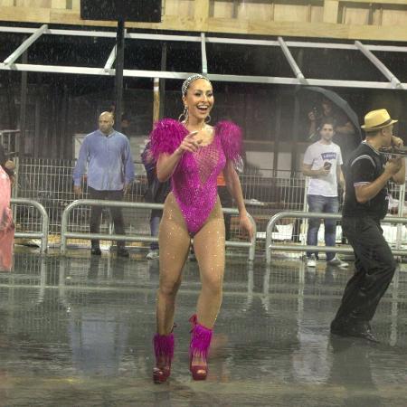 Sabrina Sato samba debaixo de chuva no Sambódromo do Anhembi no ensaio técnico da Gaviões da Fiel - Marcelo Sá Barreto/Brazil News