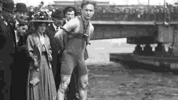 Harry Houdini durante performance em Boston, em 1908 - Library of Congress/Getty Images