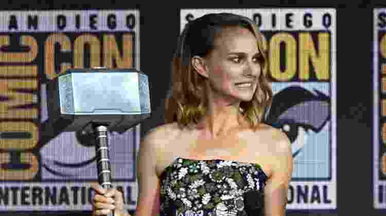 Natalie Portman segura o Mjolnir na San Diego Comic Con; ela será a Thor no quarto filme da franquia - Kevin Winter/Getty Images/AFP - Kevin Winter/Getty Images/AFP