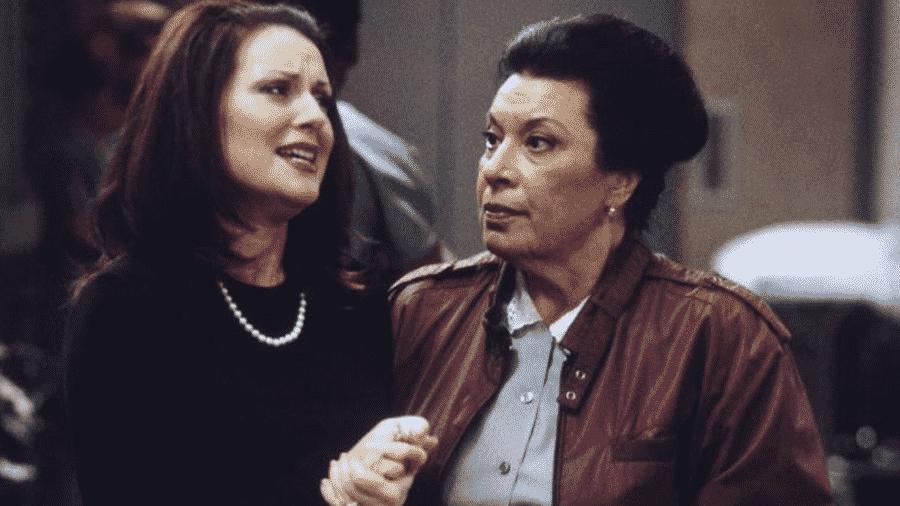 Megan Mullally, como Karen Walker, e Shelley Morrison, no papel de Rosário, na série Will & Grace - Reprodução