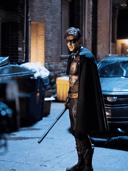 Brenton Thwaites em cena como Robin em Titãs - Divulgação