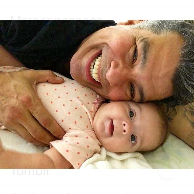 Maurício Mattar e sua filha, Ilha, de três meses