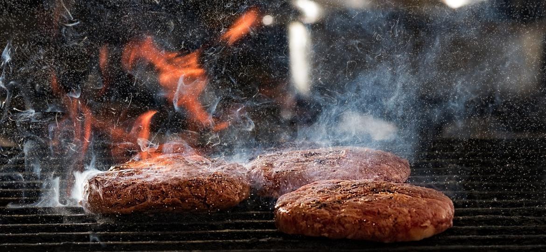 Na chapa ou na brasa, um hambúrguer é sempre boa pedida. Conheça melhor os métodos para fazer ao seu gosto - Getty Images