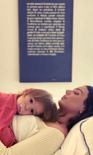 Isis Valverde e o filho, Rael, em momento de carinho