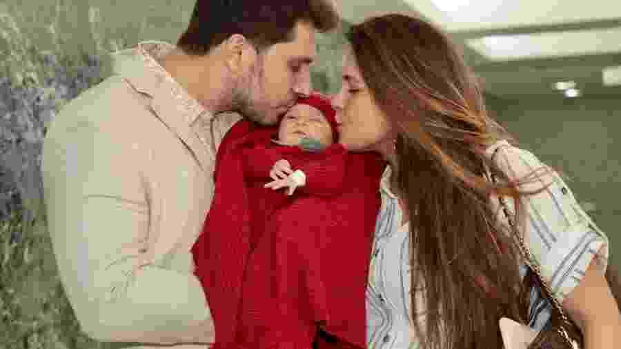Kamilla Salgado e Eliéser Ambrosio beijam o pequeno Bento - Marcos Ribas/Brazil News