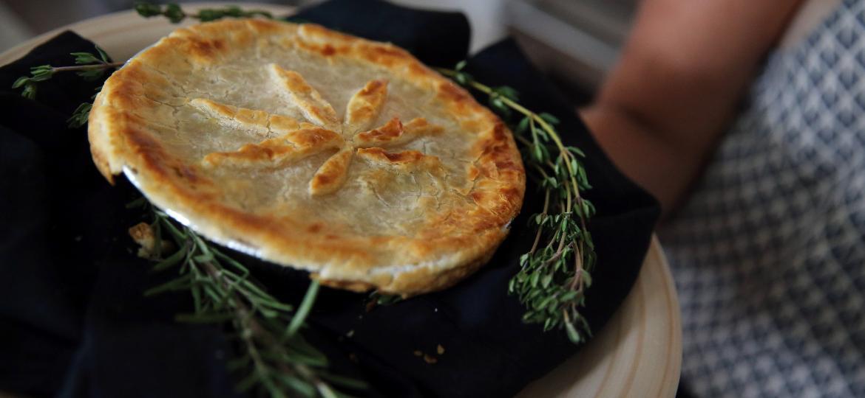 """Torta de frango com infusão de canabis, vendida no restaurante Dinner at Mary""""s, em Boston (EUA) - Boston Globe via Getty Images"""