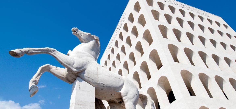 Construções grandiosas, como o Palazzo della Civiltà Italiana, marcam a região conhecida como EUR - Getty Images/iStockphoto