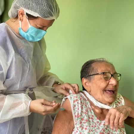 """A técnica de enfermagem Maria Silvana Braga conta que idosos acamados de Itapipoca (CE) achavam que vez deles para imunizante contra covid-19 """"nunca iria chegar"""" - Arquivo pessoal"""