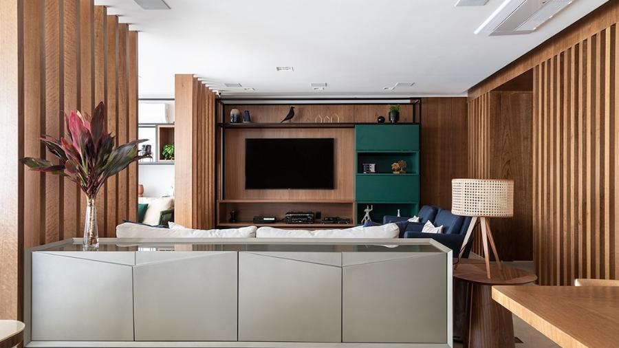 Principalmente em plantas de apartamentos e casas com os espaços integrados, preservar a retaguarda do sofá contribui para a conservação da peça, além de propiciar mais funções e personalidade para a sala de estar - Evelyn Muller
