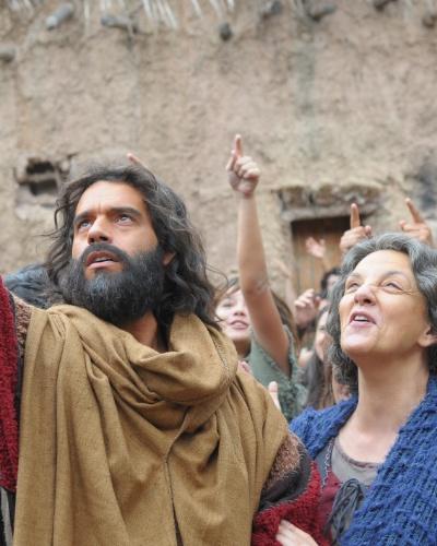 Moisés (Guilherme Winter) transforma água em sangue para provar ao povo que foi escolhido por Deus