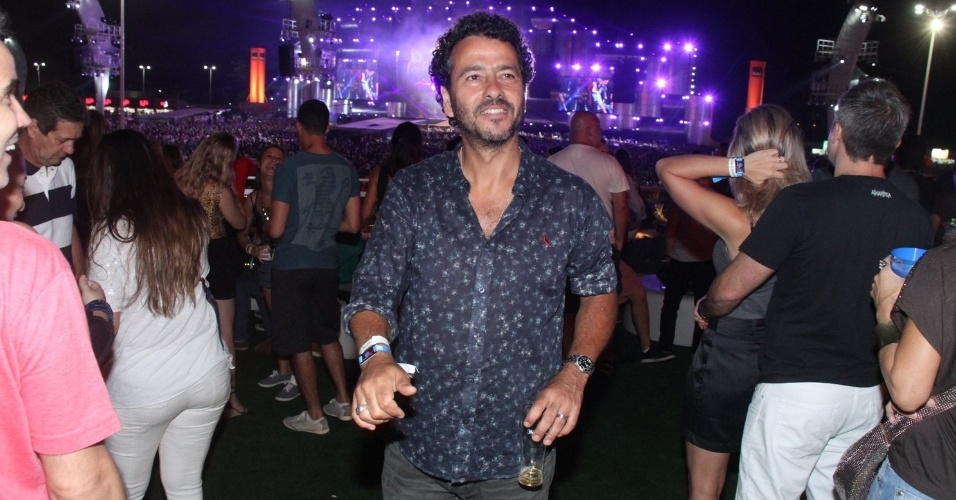 20.set.2015 - Marcos Palmeira vai buscar mais um chopinho durante show da terceira noite do festival