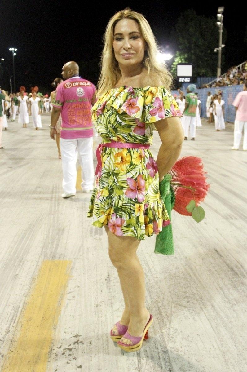 21.dez.2015 - A cantora Rosemary circulou pela Sapucaí no ensaio da Mangueira na noite de domingo (20)