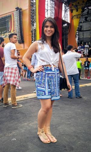 23.jan.2016 - A estudante de moda Stephanie Hobaik, 20, apostou na camisa amarrada e saia, completando o look com uma sandália confortável, para curtir a noite no CarnaUOL, que acontece no Urban Stage, em São Paulo.
