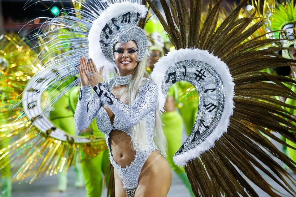 6.fev.2016 - Musa da Unidos do Peruche durante desfile que abriu a segunda noite de Carnaval em São Paulo
