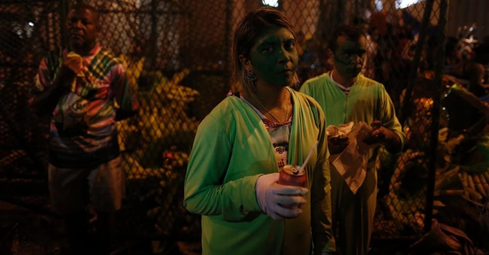 7.fev.2015 - Integrantes se refrescam após o desfile na Sapucaí