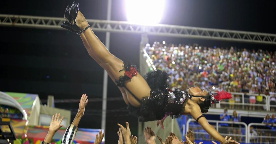 8.fev.2016 - Bailarina é levantada por malandros na comissão de frente do Salgueiro