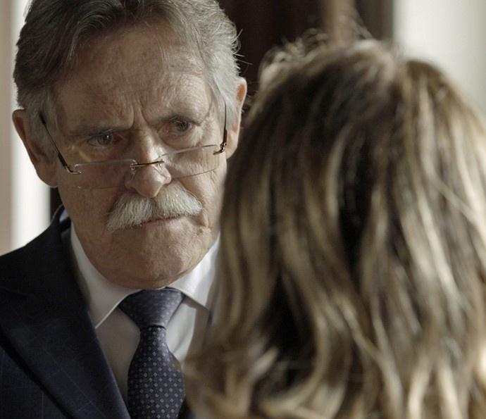 Gibson (José de Abreu) faz acordo com Kiki (Deborah Evelyn) em