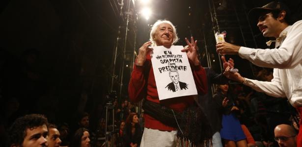 17.mai.2016 - O diretor teatral José Celso Martinez exibe cartaz contra o presidente interino, Michel Temer, em ato com artistas e intelectuais no Teatro Oficina, em São Paulo - Fabio Braga/Folhapress