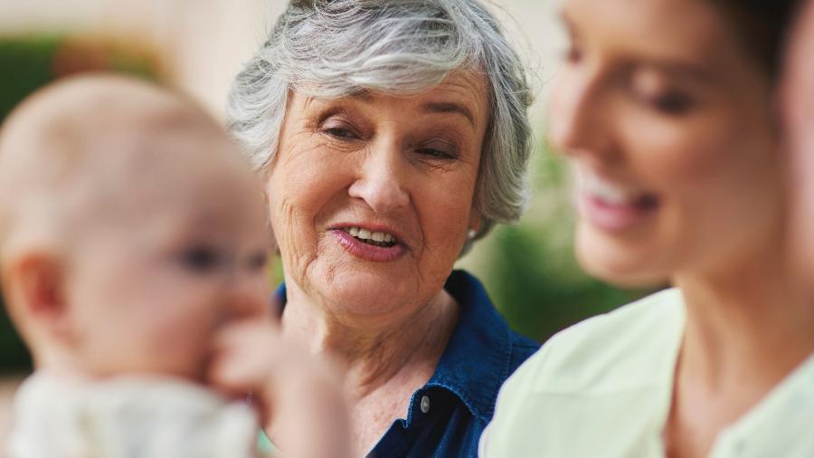Levar os avós à consulta com o pediatra evita conflitos na hora de cuidar do bebê - Getty Images