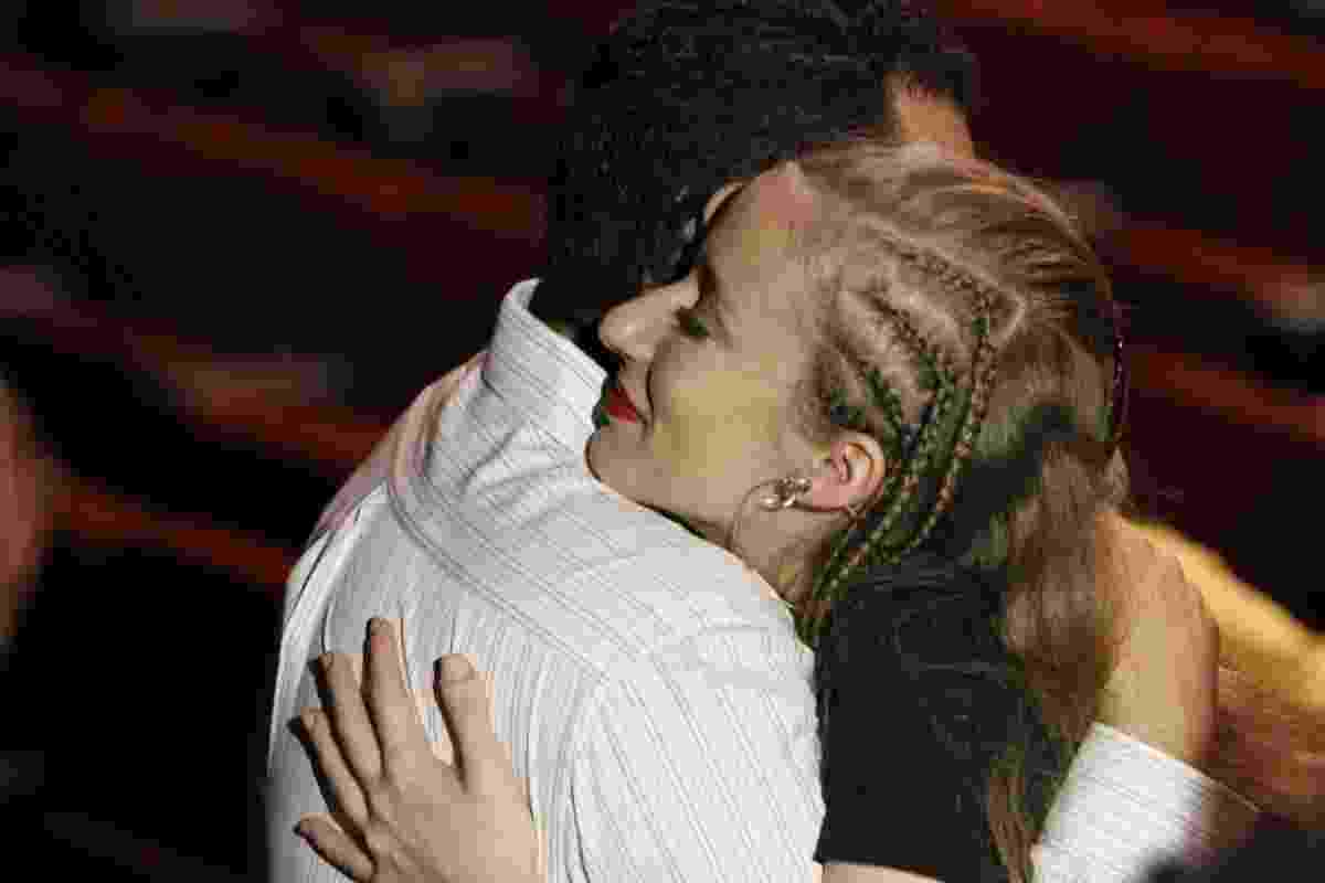 17.ago.2016 - Sobrinha de Elke Maravilha recebe os cumprimentos no velório que ocorre nesta quarta-feira (17) no teatro Carlos Gomes, no centro do Rio de Janeiro - Marcos Ferreira / Brazil News