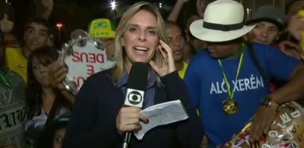 """Repórter passa sufoco com tumulto e gritos de """"Globo golpista"""" no meio da torcida  - Reprodução/TV Globo"""
