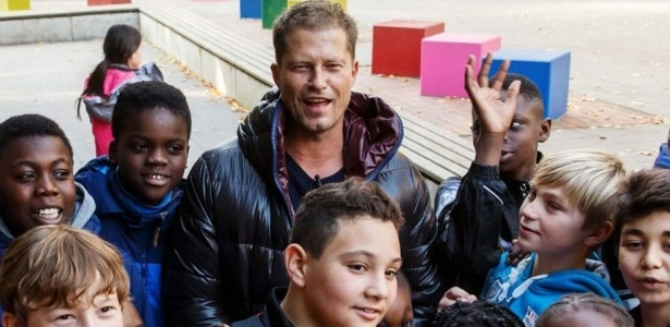 O ator Til Schweiger posa com crianças refugiadas em sua creche na Alemanha - Divulgação
