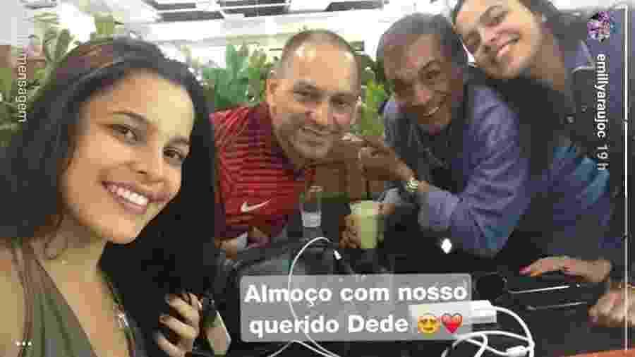 Emilly, Volnei e Mayla posam com Dedé Santana - Reprodução/Instagram/emillyaraujoc