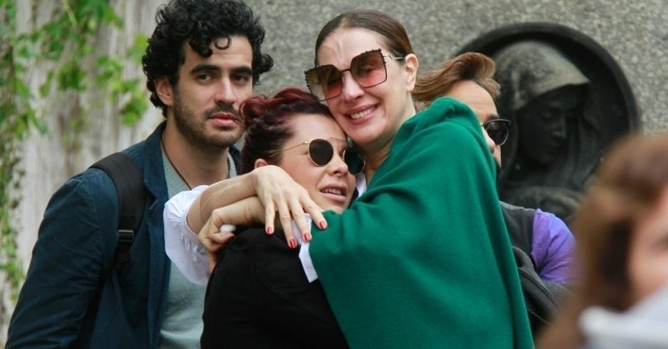 Claudia Raia e Fernanda Souza se emocionaram bastante no velório do ator, diretor, bailarino e cantor Marcos Tumura nesta quinta-feira (18) no Cemitério do Araçá, no bairro de Cerqueira César, em São Paulo. Tumura morreu de infarto aso 49 anos